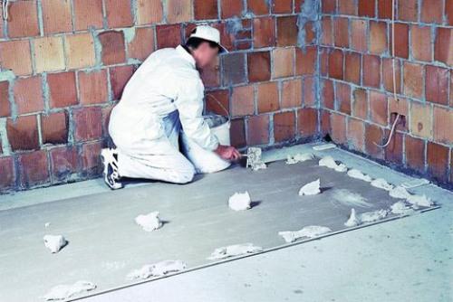 Приклеивание гипсокартона для выравнивания стен