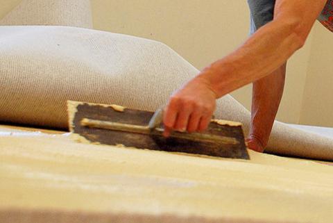 Укладка линолеума на бетонный пол с помощью двухстороннего скотча
