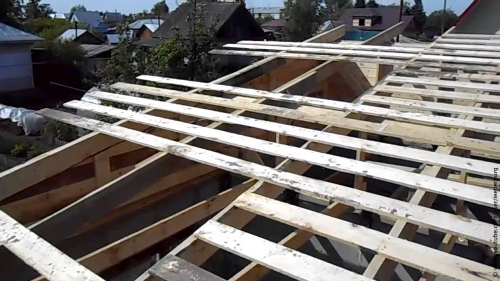 Постройка сарая с односкатной крышей из подручных материалов