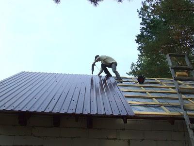 Давайте разберемся что же лучше крыша шифер или профнастил?