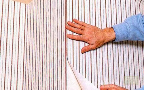 Оклеивание стен обоями