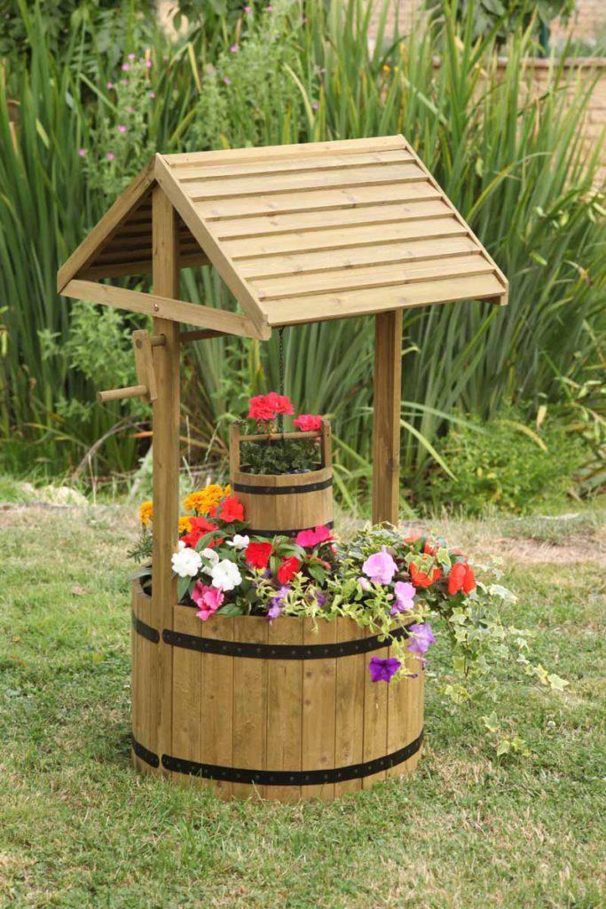 Самый обычный декоративный колодец на даче из самых простых материалов