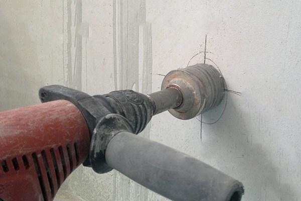 Установка подрозетников в бетонную стену