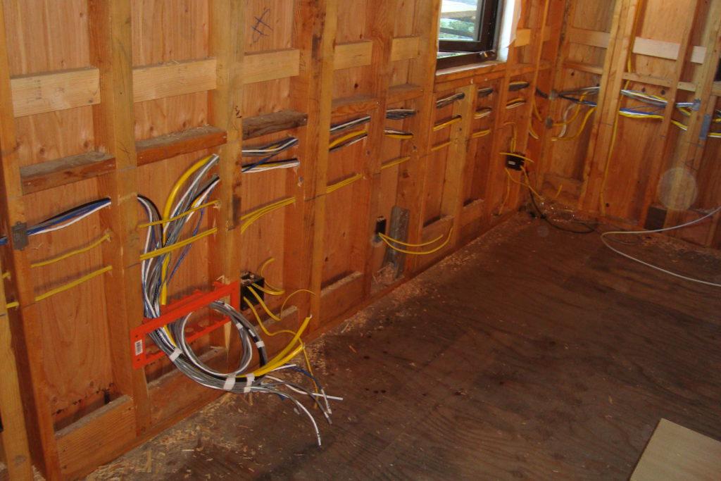 Правила проводки в деревянном доме