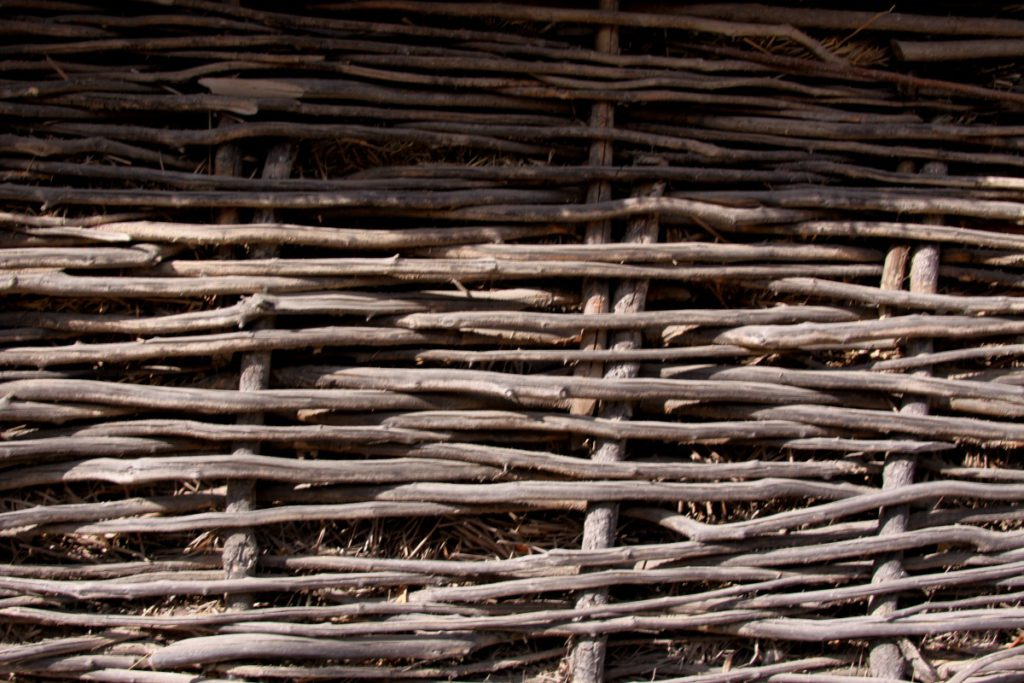 Плетеный забор из веток своими руками