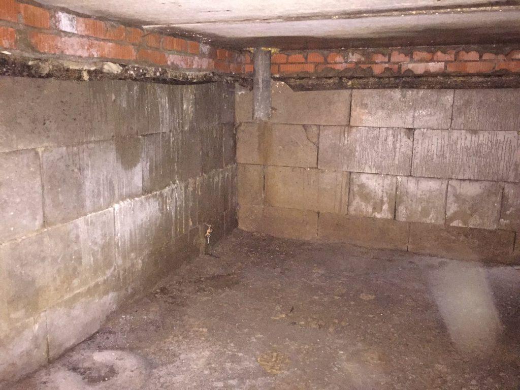 Снимаем старую гидроизоляцию и очищаем стены