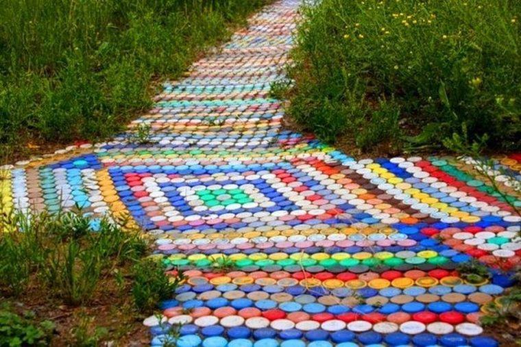 Дорожки для дачи из пластиковых крышек