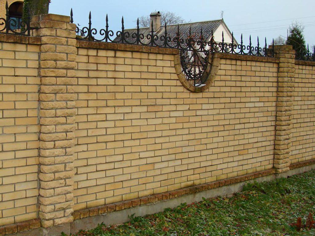 Забор из кирпича своими руками— достоинства и минусы