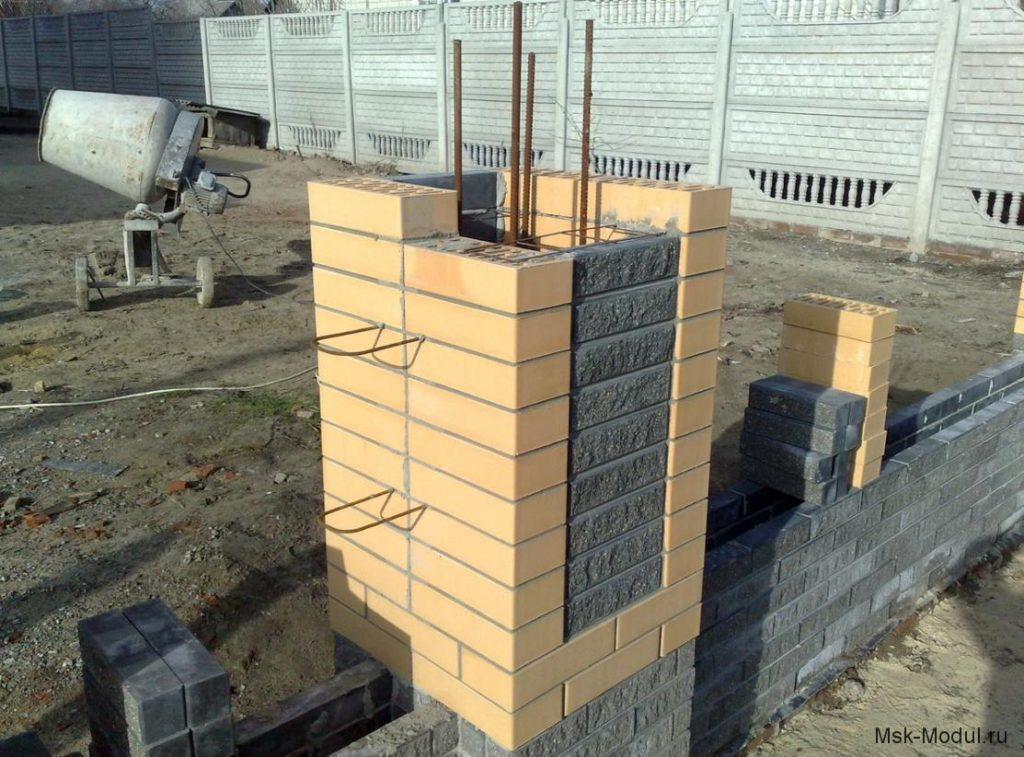 Инструкция по возведению забора с кирпичными столбами
